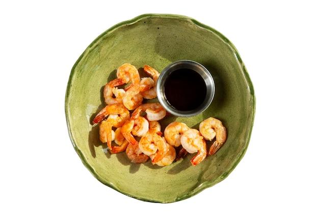 Smakelijk gebakken garnalen met sojasaus in een groene plaat