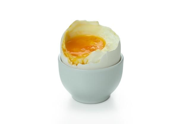 Smakelijk gekookt ei dat op wit wordt geïsoleerd