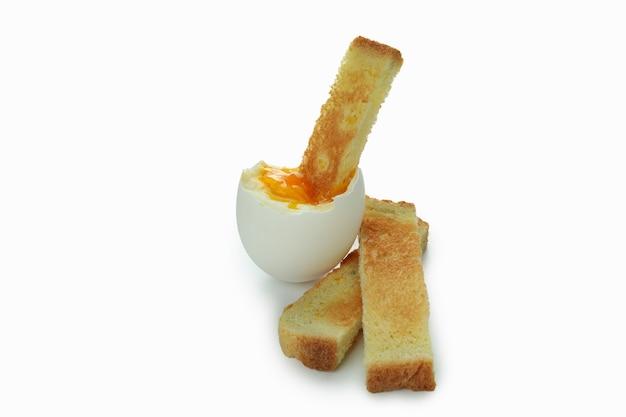 Smakelijk gekookt ei met toast op wit wordt geïsoleerd