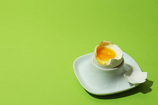Smakelijk gekookt ei op groene achtergrond