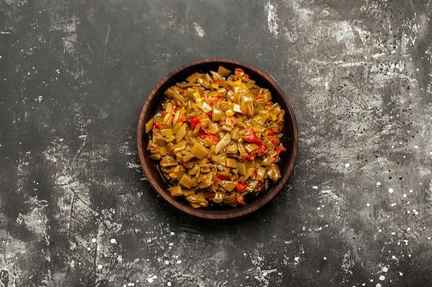 Smakelijk gerecht smakelijk gerecht van tomaten en sperziebonen op de donkere tafel