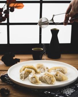 Smakelijk italiaans bollenrecept dat op een plaat wordt gediend