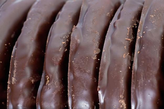 Smakelijk koekje op de achtergrond van het donkere chocoladevoedsel