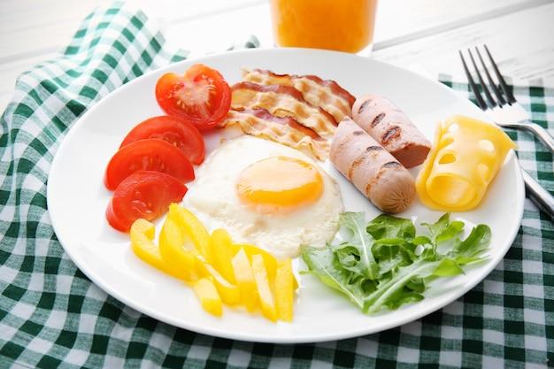 Smakelijk ontbijt met ei op plaat
