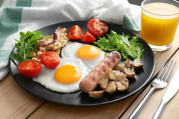Smakelijk ontbijt met eieren op plaat
