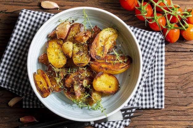 Smakelijk stoofvlees van in de wok gegaarde varkenshaas, in blokjes gesneden