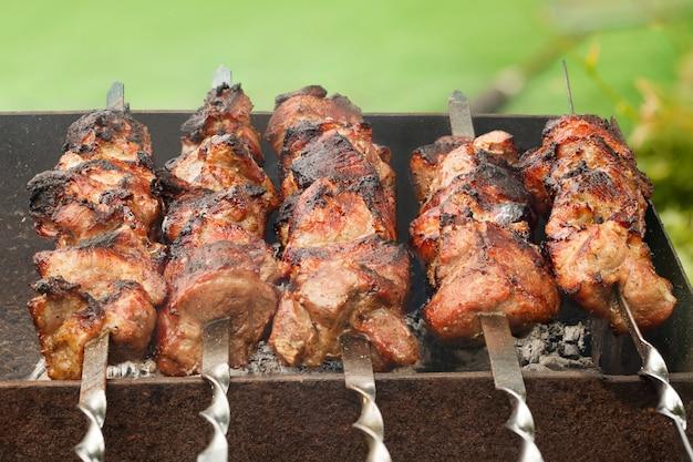 Smakelijk vers vlees shish kebab (sjasliek) bereid op een grill
