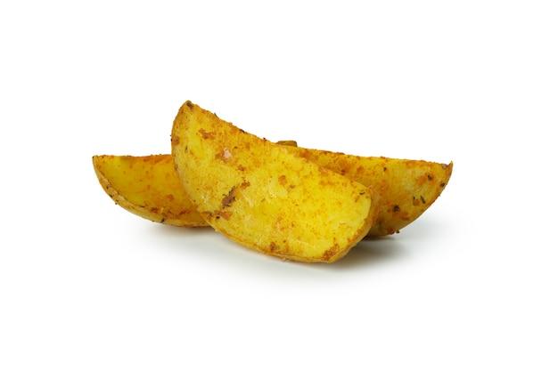 Smakelijke aardappelpartjes in de schil die op wit worden geïsoleerd