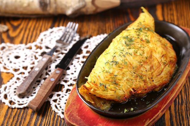 Smakelijke aardappeltaart met vlees en ui