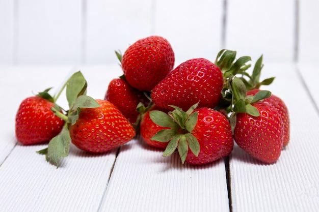 Smakelijke aardbeien op witte achtergrond