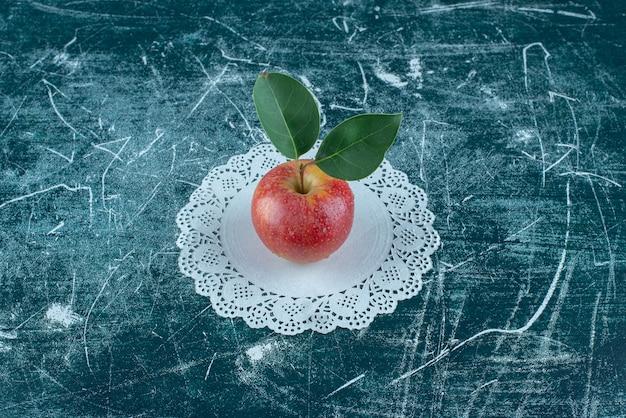 Smakelijke appel op het kleedje, op de blauwe achtergrond. hoge kwaliteit foto