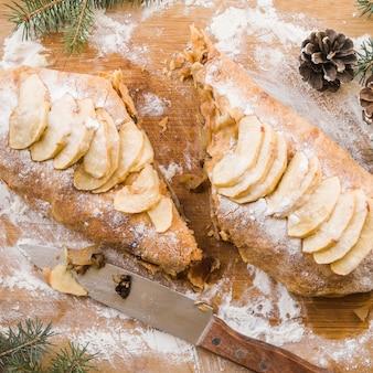 Smakelijke appelcake op hakbord