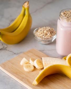 Smakelijke bananensmoothie met hoge hoek