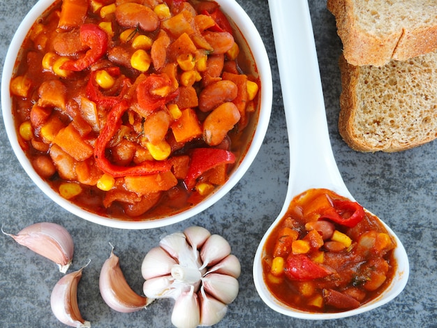 Smakelijke bonen met groenten en mexicaanse stijl.