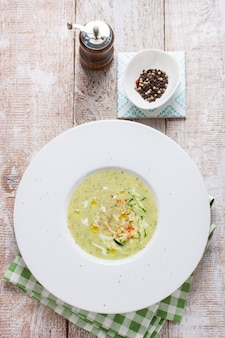 Smakelijke broccoli soep op witte schotel