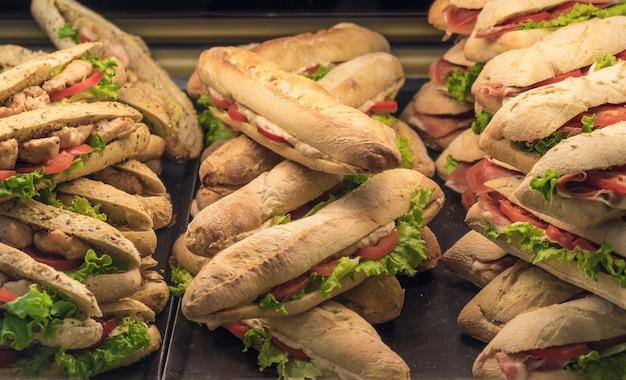 Smakelijke broodjes die op de etalage van de winkel liggen
