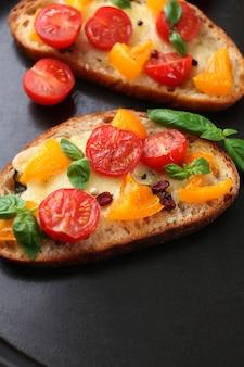 Smakelijke bruschetta met tomaten in pan, close-up