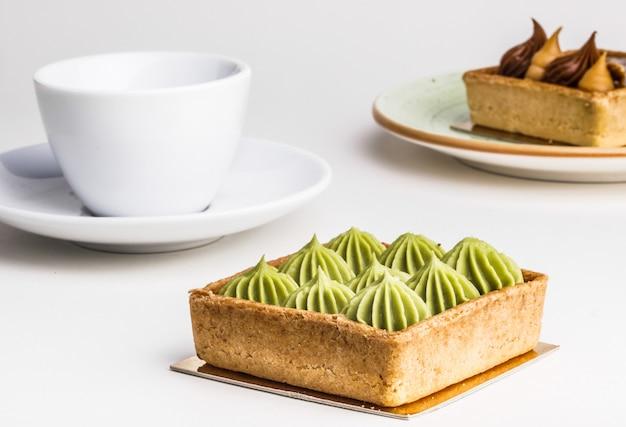 Smakelijke cakes en thee op lijst, close-up