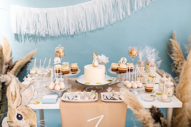 Smakelijke candybar voor verjaardagsfeestje op tafel tegen een achtergrond met kleur