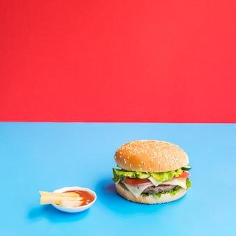 Smakelijke cheeseburger met saus aan de zijkant