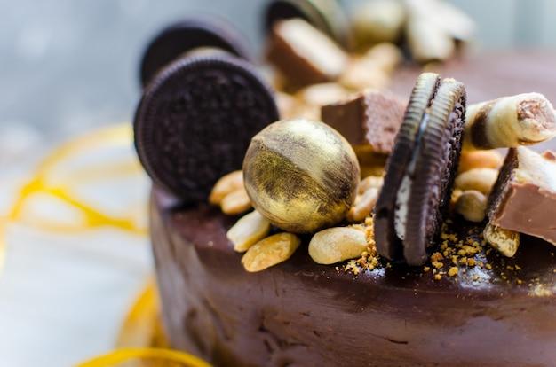 Smakelijke chocoladetaart met snoep en koekjes. moderne decoratie van de taart.