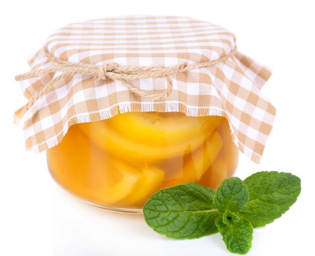 Smakelijke citroenjam geïsoleerd op wit
