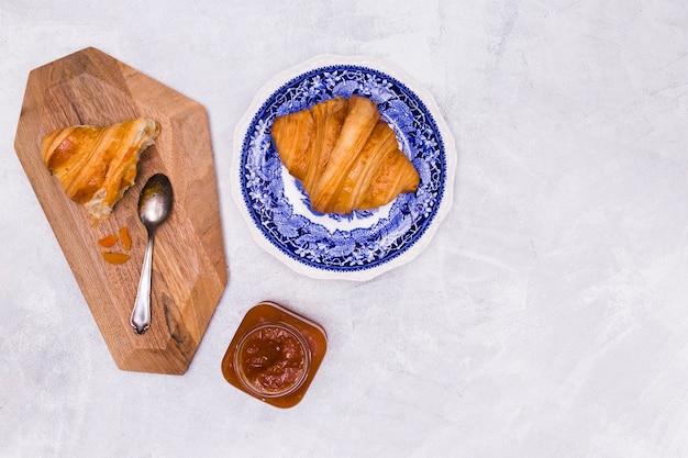 Smakelijke croissant ontbijt kopie ruimte
