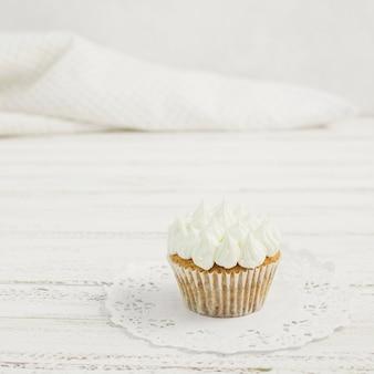 Smakelijke cupcake op een kleedje