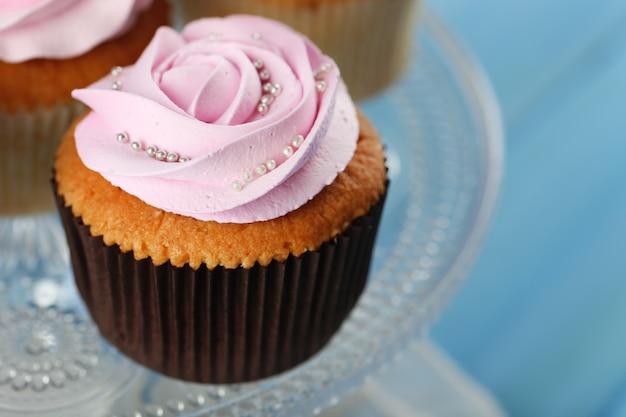 Smakelijke cupcake op kleur houten tafel