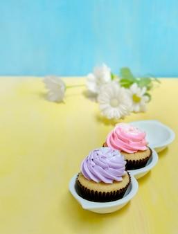 Smakelijke cupcakes met slagroom