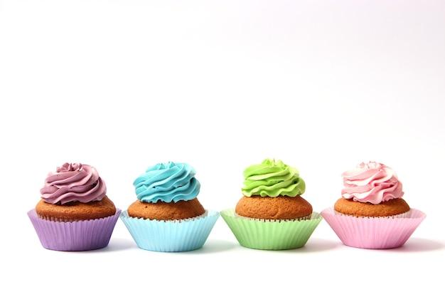 Smakelijke cupcakes op een witte close-up als achtergrond