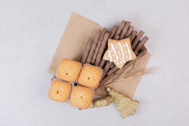 Smakelijke cupcakes op witte ondergrond