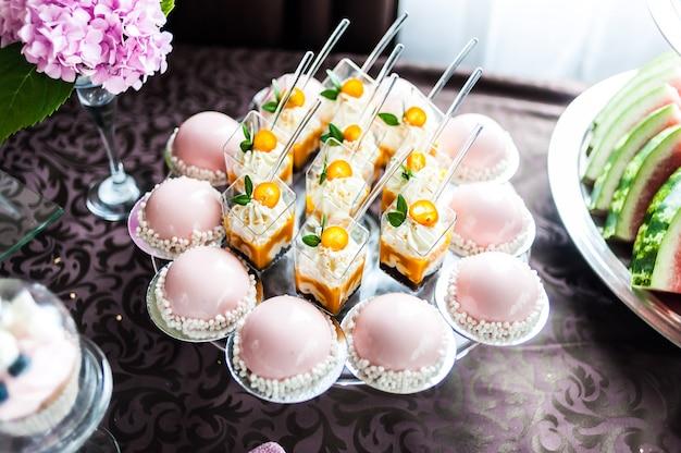 Smakelijke decoraties van het huwelijk. candy bar. zoete tafel