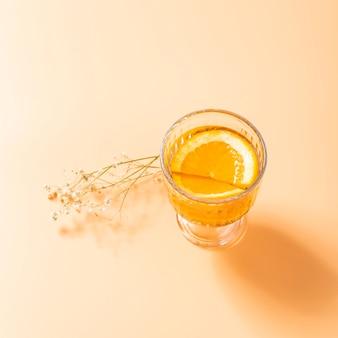 Smakelijke drank met oranje dichte omhooggaand