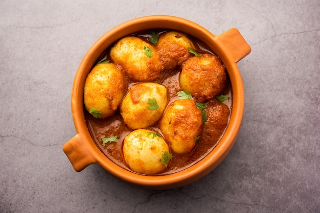 Smakelijke dum aloo of hele aardappelen pittige curry is een populair hoofdgerecht recept uit india