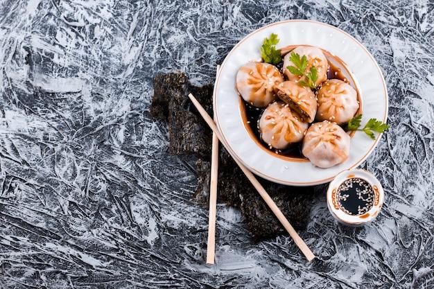Smakelijke dumplings plaat bovenaanzicht