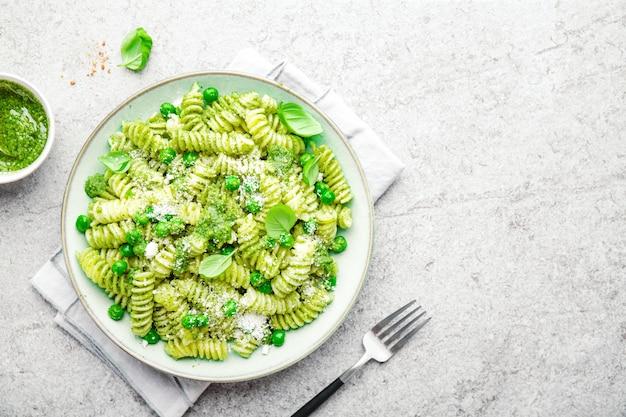 Smakelijke eetlustopwekkende pasta met pesto op plaat