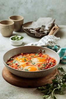 Smakelijke eiermaaltijd in pan hoge hoek