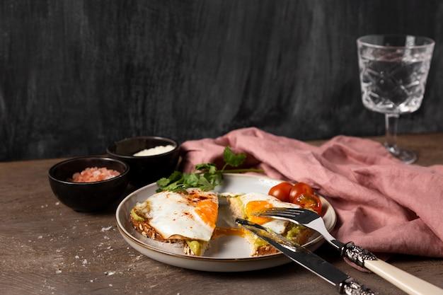 Smakelijke eiersandwich met hoge hoek