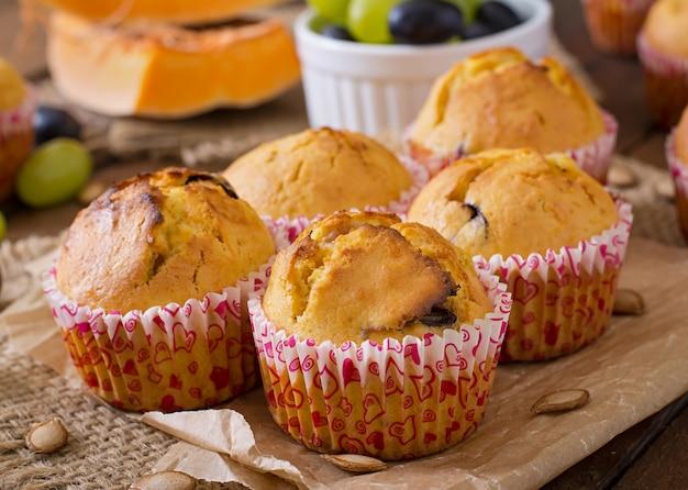 Smakelijke en blozende muffins met pompoen en druiven