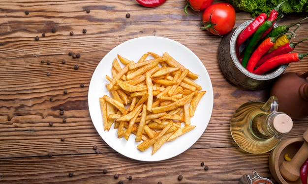Smakelijke frieten op snijplank, houten tafel