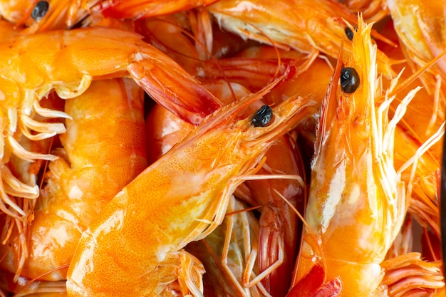 Smakelijke garnalenachtergrond. verse garnalen, gezonde zeevruchten, close-up foto.