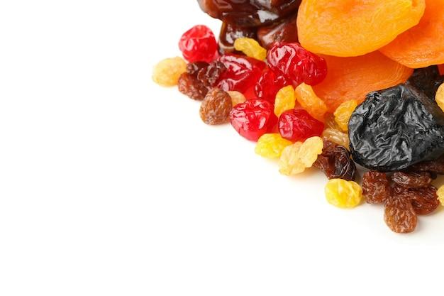 Smakelijke gedroogde vruchten geïsoleerd op wit