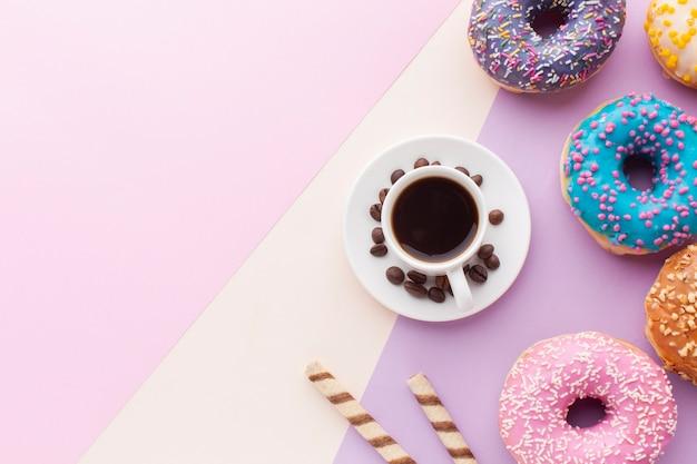 Smakelijke geglazuurde donuts met kopie ruimte