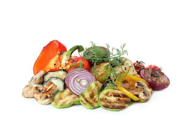Smakelijke gegrilde groenten geïsoleerd op wit
