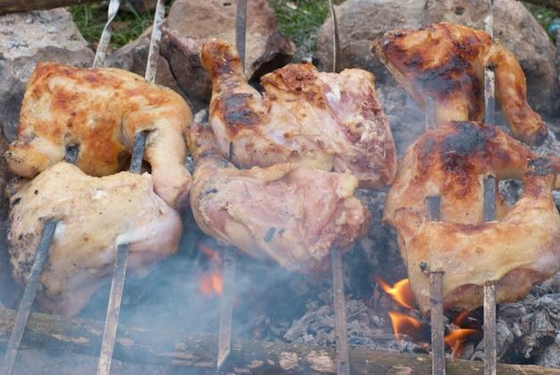 Smakelijke gegrilde kip kebab op metalen spiesjes