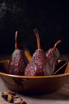 Smakelijke gekarameliseerde peren in komclose-up