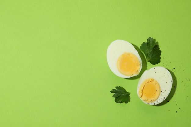Smakelijke gekookte eieren op groene achtergrond