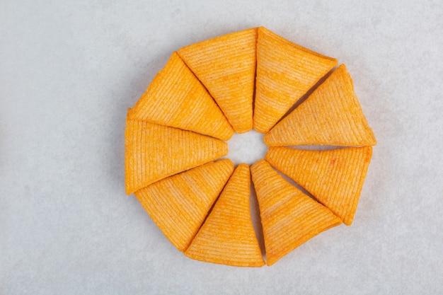 Smakelijke gele knapperige chips op witte achtergrond. hoge kwaliteit foto