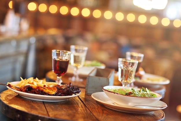 Smakelijke gerechten op tafel in restaurant